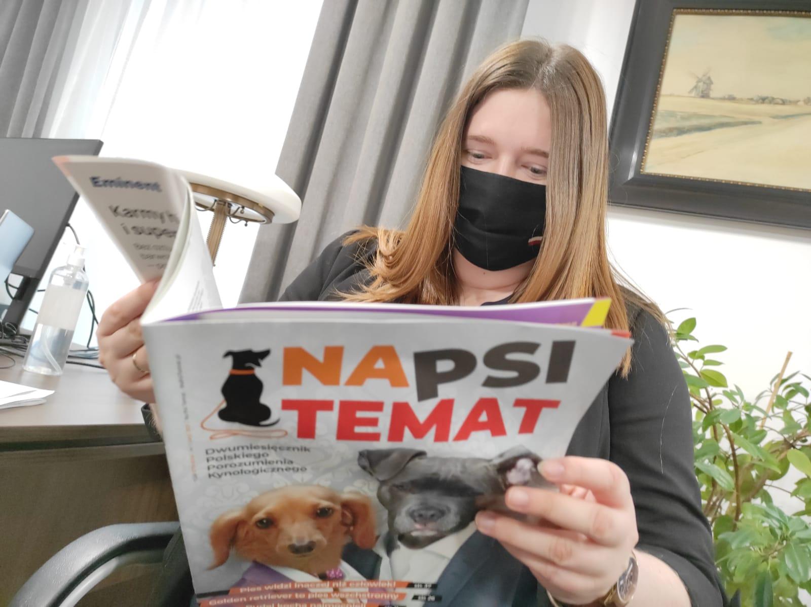 """Wiceminister rolnictwa Anna Gembicka z wydawanym przez PPK magazynem """"Na Psi Temat"""""""
